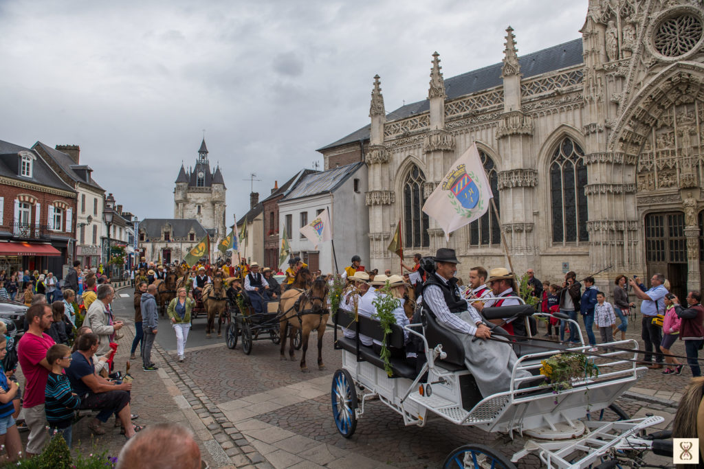 Henson horses parade in front of the Saint-Esprit chapel in Rue